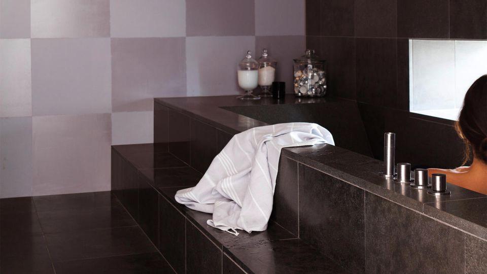 Peinture d 39 int rieur 5 astuces pour agrandir vos pi ces for Salle de bain optimisee