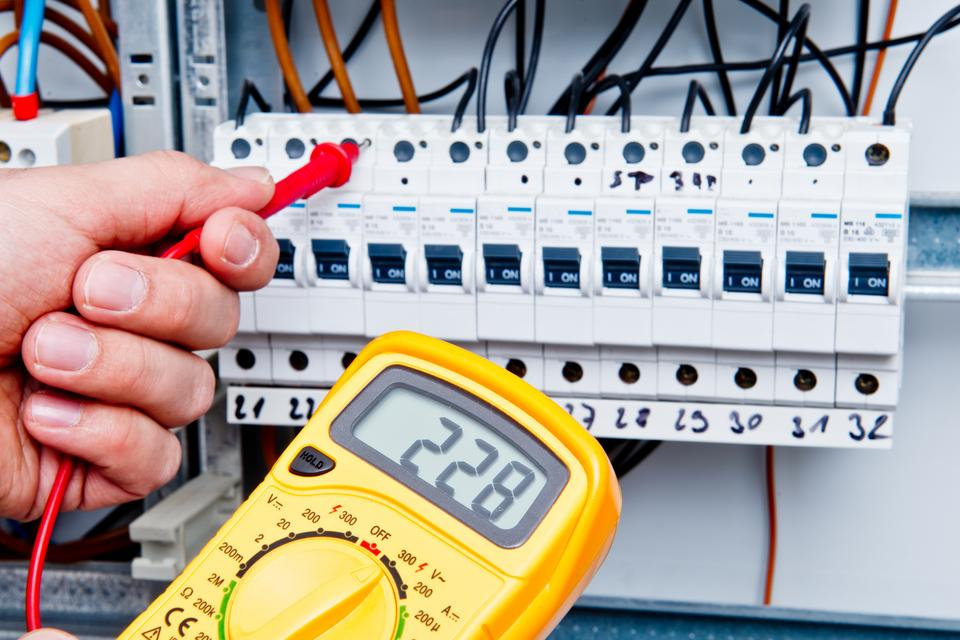 Comment remplacer son tableau lectrique - Comment changer un fusible sur un tableau electrique ...