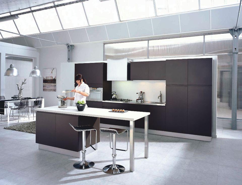 Une cuisine noire pour une d co lumineuse for Ilot central table leroy merlin
