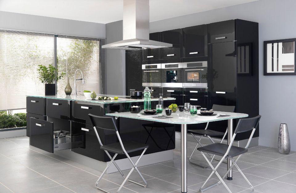 Une Cuisine Noire Pour Une Déco Lumineuse Travauxcom - Carrelage gris pour cuisine pour idees de deco de cuisine
