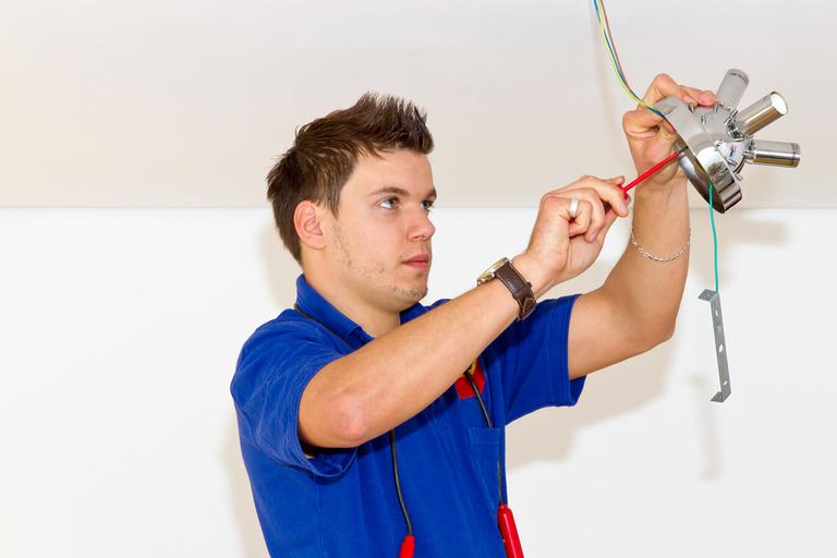 intervenção de um eletricista'un électricien