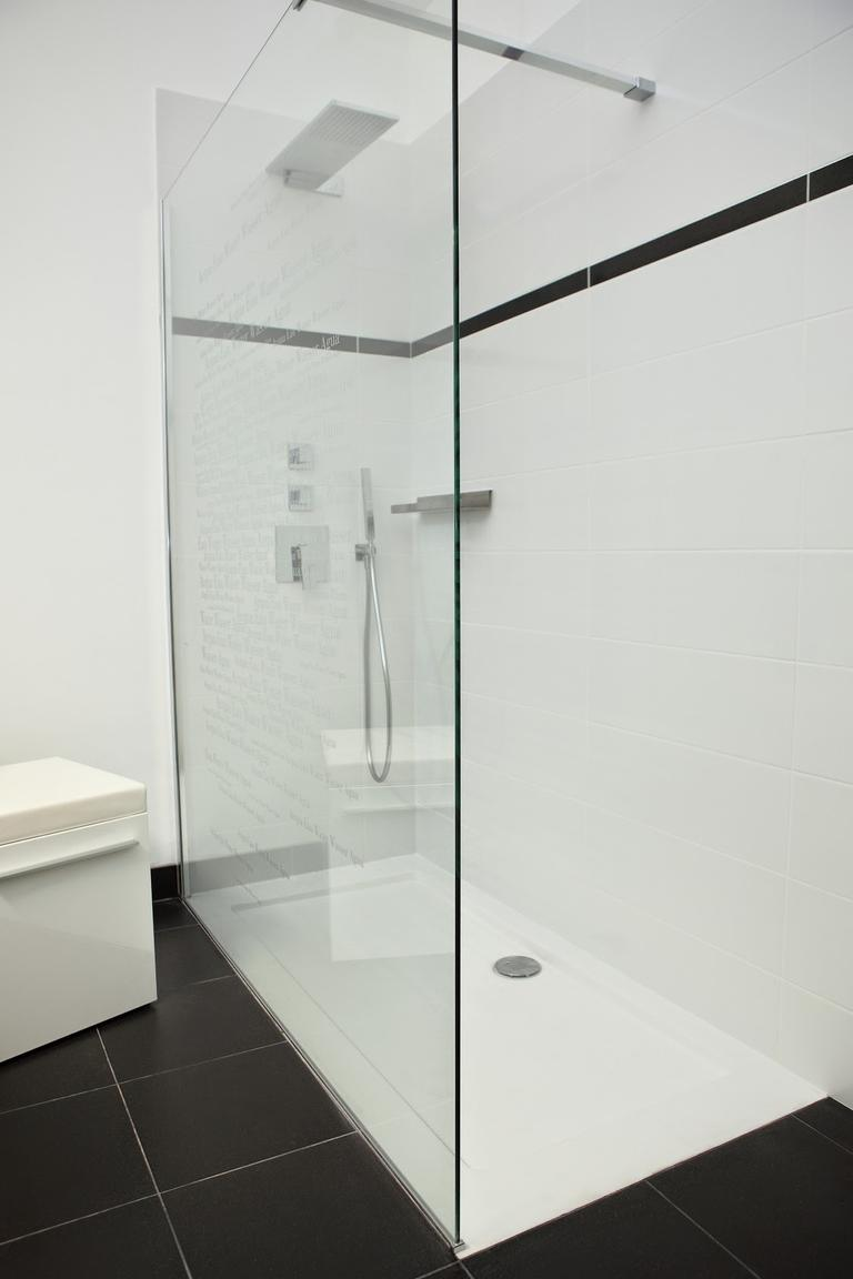 Porte de douche vitrée avec stickers