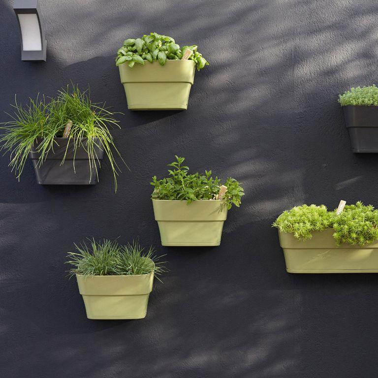 Am nager une terrasse design sans perdre de place for Habiller un mur exterieur avec des plantes