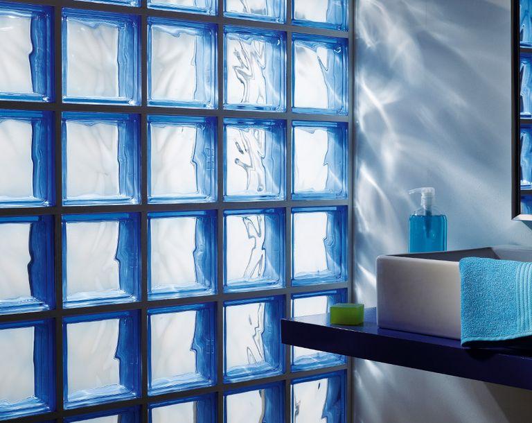 Salle de bains : craquez pour les briques de verre !